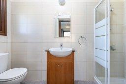 Ванная комната 2. Кипр, Ионион - Айя Текла : Потрясающая вилла с 3-мя спальнями, 2-мя ванными комнатами, с бассейном, солнечной террасой с патио и барбекю, расположена  в тихом районе Ayia Thekla недалеко от пляжа