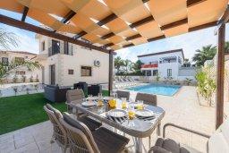 Обеденная зона. Кипр, Ионион - Айя Текла : Прекрасная вилла с 3-мя спальнями, 2-мя ванными комнатами, с бассейном, тенистой террасой с патио и барбекю, расположена  в тихом районе Ayia Thekla недалеко от пляжа