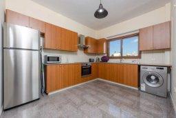 Кухня. Кипр, Ионион - Айя Текла : Прекрасная вилла с 3-мя спальнями, 2-мя ванными комнатами, с бассейном, тенистой террасой с патио и барбекю, расположена  в тихом районе Ayia Thekla недалеко от пляжа