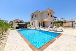 Фасад дома. Кипр, Ионион - Айя Текла : Очаровательная вилла с 3-мя спальнями, 2-мя ванными комнатами, с бассейном, тенистой террасой с патио и барбекю, расположена в тихом районе Ayia Thekla недалеко от пляжа