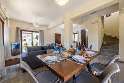 Обеденная зона. Кипр, Ионион - Айя Текла : Очаровательная вилла с 3-мя спальнями, 2-мя ванными комнатами, с бассейном, тенистой террасой с патио и барбекю, расположена в тихом районе Ayia Thekla недалеко от пляжа
