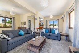 Гостиная. Кипр, Ионион - Айя Текла : Очаровательная вилла с 3-мя спальнями, 2-мя ванными комнатами, с бассейном, тенистой террасой с патио и барбекю, расположена в тихом районе Ayia Thekla недалеко от пляжа