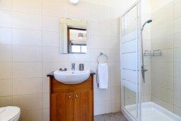 Ванная комната. Кипр, Ионион - Айя Текла : Очаровательная вилла с 3-мя спальнями, 2-мя ванными комнатами, с бассейном, тенистой террасой с патио и барбекю, расположена в тихом районе Ayia Thekla недалеко от пляжа
