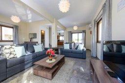 Гостиная. Кипр, Ионион - Айя Текла : Потрясающая вилла с 3-мя спальнями, 2-мя ванными комнатами, с бассейном, зелёным двориком с патио, lounge-зоной и барбекю, расположена в тихом районе Ayia Thekla недалеко от пляжа