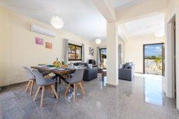 Обеденная зона. Кипр, Ионион - Айя Текла : Потрясающая вилла с 3-мя спальнями, 2-мя ванными комнатами, с бассейном, зелёным двориком с патио, lounge-зоной и барбекю, расположена в тихом районе Ayia Thekla недалеко от пляжа