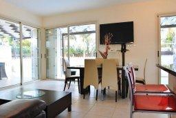 Гостиная. Кипр, Декелия - Ороклини : Современная вилла с бассейном в закрытом и престижном комплексе Larnaca Bay, 100 метров до песчаного пляжа, 4 спальни, 3 ванные комнаты, кухня и гостиная, парковка, Wi-Fi