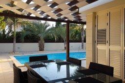 Обеденная зона. Кипр, Декелия - Ороклини : Современная вилла с бассейном в закрытом и престижном комплексе Larnaca Bay, 100 метров до песчаного пляжа, 4 спальни, 3 ванные комнаты, кухня и гостиная, парковка, Wi-Fi