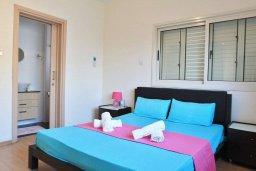 Спальня. Кипр, Декелия - Ороклини : Современная вилла с бассейном в закрытом и престижном комплексе Larnaca Bay, 100 метров до песчаного пляжа, 4 спальни, 3 ванные комнаты, кухня и гостиная, парковка, Wi-Fi