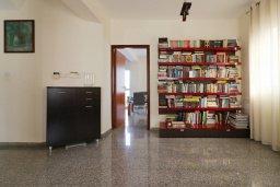 Гостиная. Кипр, Айос Тихонас Лимассол : Уютный дом с бассейном и приватным двориком, 4 спальни, 3 ванные комнаты, парковка, Wi-Fi