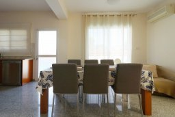 Обеденная зона. Кипр, Айос Тихонас Лимассол : Уютный дом с бассейном и приватным двориком, 4 спальни, 3 ванные комнаты, парковка, Wi-Fi