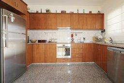Кухня. Кипр, Айос Тихонас Лимассол : Уютный дом с бассейном и приватным двориком, 4 спальни, 3 ванные комнаты, парковка, Wi-Fi