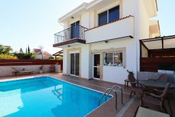 Фасад дома. Кипр, Айос Тихонас Лимассол : Уютный дом с бассейном и приватным двориком, 4 спальни, 3 ванные комнаты, парковка, Wi-Fi