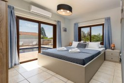 Спальня. Кипр, Центр Айя Напы : Прекрасная вилла с 4-мя спальнями, 2-мя ванными комнатами, с бассейном, солнечной террасой с патио и барбекю, расположена недалеко от центра курорта Ayia Napa