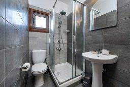 Ванная комната. Кипр, Центр Айя Напы : Прекрасная вилла с 4-мя спальнями, 2-мя ванными комнатами, с бассейном, солнечной террасой с патио и барбекю, расположена недалеко от центра курорта Ayia Napa