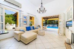 Гостиная. Кипр, Санрайз Протарас : Великолепная вилла с 3-мя спальнями, 2-мя ванными комнатами, большим бассейном, в окружении зелёного сада, с тенистой террасой с патио и барбекю, расположена на холме Profitis Elias Hill