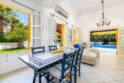 Обеденная зона. Кипр, Санрайз Протарас : Великолепная вилла с 3-мя спальнями, 2-мя ванными комнатами, большим бассейном, в окружении зелёного сада, с тенистой террасой с патио и барбекю, расположена на холме Profitis Elias Hill