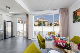 Обеденная зона. Кипр, Каво Марис Протарас : Современная вилла с 3-мя спальнями, бассейном, уютным двориком с патио барбекю, меблированной террасой на крыше, расположена недалеко от пляжей Konnos Beach и Fig Tree Bay