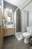 Ванная комната. Кипр, Каво Марис Протарас : Современная вилла с 3-мя спальнями, бассейном, уютным двориком с патио барбекю, меблированной террасой на крыше, расположена недалеко от пляжей Konnos Beach и Fig Tree Bay