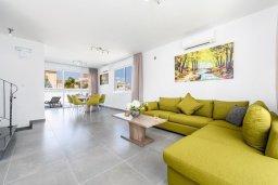 Гостиная. Кипр, Каво Марис Протарас : Современная вилла с 3-мя спальнями, бассейном, уютным двориком с патио барбекю, меблированной террасой на крыше, расположена недалеко от пляжей Konnos Beach и Fig Tree Bay