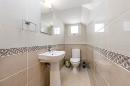 Туалет. Кипр, Нисси Бич : Современная вилла с 3-мя спальнями, бассейном, солнечной террасой с патио, барбекю и садом на крыше