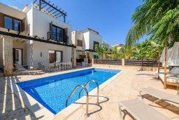 Фасад дома. Кипр, Коннос Бэй : Потрясающая вилла с видом на Средиземное море, с 3-мя спальнями, 2-мя ванными комнатами, бассейном, тенистой террасой с патио, каменным барбекю и садом на крыше, расположена недалеко от пляжа Konnos Beach