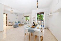 Обеденная зона. Кипр, Коннос Бэй : Потрясающая вилла с видом на Средиземное море, с 3-мя спальнями, 2-мя ванными комнатами, бассейном, тенистой террасой с патио, каменным барбекю и садом на крыше, расположена недалеко от пляжа Konnos Beach