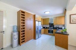 Кухня. Кипр, Декелия - Ороклини : Потрясающая вилла с видом на Средиземное море, с 4-мя спальнями, 3-мя ванными комнатами, с бассейном, солнечной террасой с патио и барбекю, расположена рядом с пляжем Yanathes Beach