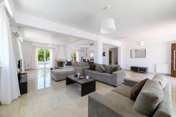 Гостиная. Кипр, Центр Айя Напы : Прекрасная вилла с 4-мя спальнями, 4-мя ванными комнатами, с бассейном, солнечной террасой с патио и барбекю, расположена недалеко от центра курорта Ayia Napa