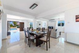 Обеденная зона. Кипр, Центр Айя Напы : Прекрасная вилла с 4-мя спальнями, 4-мя ванными комнатами, с бассейном, солнечной террасой с патио и барбекю, расположена недалеко от центра курорта Ayia Napa