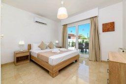 Спальня. Кипр, Центр Айя Напы : Прекрасная вилла с 4-мя спальнями, 4-мя ванными комнатами, с бассейном, солнечной террасой с патио и барбекю, расположена недалеко от центра курорта Ayia Napa