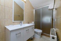 Ванная комната. Кипр, Центр Айя Напы : Прекрасная вилла с 4-мя спальнями, 4-мя ванными комнатами, с бассейном, солнечной террасой с патио и барбекю, расположена недалеко от центра курорта Ayia Napa