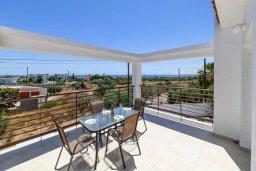Балкон. Кипр, Центр Айя Напы : Прекрасная вилла с 4-мя спальнями, 4-мя ванными комнатами, с бассейном, солнечной террасой с патио и барбекю, расположена недалеко от центра курорта Ayia Napa