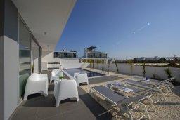 Зона отдыха у бассейна. Кипр, Санрайз Протарас : Современная вилла с 3-мя спальнями, 3-мя ванными комнатами, с бассейном,и приватным двориком с тенистой террасой с патио и барбекю, расположена недалеко от пляжа Sunrise Beach