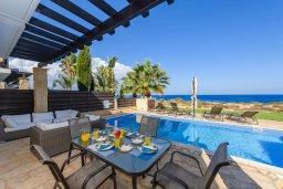 Обеденная зона. Кипр, Коннос Бэй : Шикарная вилла с панорамным видом на Средиземное море, с 3-мя спальнями, 3-мя ванными комнатами, с бассейном, тенистой террасой с патио, барбекю и lounge-зоной, расположена в тихом и закрытом жилом комплексе недалеко от пляжа Konnos Beach