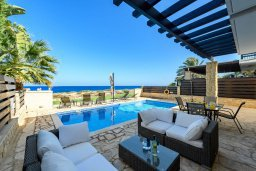 Патио. Кипр, Коннос Бэй : Шикарная вилла с панорамным видом на Средиземное море, с 3-мя спальнями, 3-мя ванными комнатами, с бассейном, тенистой террасой с патио, барбекю и lounge-зоной, расположена в тихом и закрытом жилом комплексе недалеко от пляжа Konnos Beach