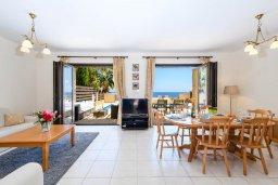 Гостиная. Кипр, Коннос Бэй : Шикарная вилла с панорамным видом на Средиземное море, с 3-мя спальнями, 3-мя ванными комнатами, с бассейном, тенистой террасой с патио, барбекю и lounge-зоной, расположена в тихом и закрытом жилом комплексе недалеко от пляжа Konnos Beach