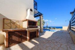 Территория. Кипр, Коннос Бэй : Шикарная вилла с панорамным видом на Средиземное море, с 3-мя спальнями, 3-мя ванными комнатами, с бассейном, тенистой террасой с патио, барбекю и lounge-зоной, расположена в тихом и закрытом жилом комплексе недалеко от пляжа Konnos Beach