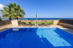 Бассейн. Кипр, Коннос Бэй : Шикарная вилла с панорамным видом на Средиземное море, с 3-мя спальнями, 3-мя ванными комнатами, с бассейном, тенистой террасой с патио, барбекю и lounge-зоной, расположена в тихом и закрытом жилом комплексе недалеко от пляжа Konnos Beach