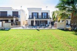 Фасад дома. Кипр, Коннос Бэй : Шикарная вилла с панорамным видом на Средиземное море, с 3-мя спальнями, 3-мя ванными комнатами, с бассейном, тенистой террасой с патио, барбекю и lounge-зоной, расположена в тихом и закрытом жилом комплексе недалеко от пляжа Konnos Beach