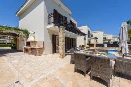 Фасад дома. Кипр, Коннос Бэй : Роскошная вилла с потрясающим видом на Средиземное море, с 3-мя спальнями, 3-мя ванными комнатами, с бассейном, солнечной террасой с патио и барбекю, расположена в тихом и закрытом жилом комплексе на берегу моря