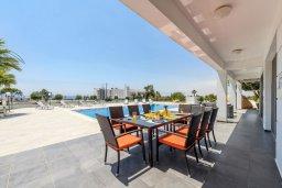 Обеденная зона. Кипр, Аммос - Лимнария Бич : Шикарная вилла с видом на Средиземное море, с 4-мя спальнями, 2-мя ванными комнатами, с бассейном и большой территорией, тенистой террасой с патио и барбекю