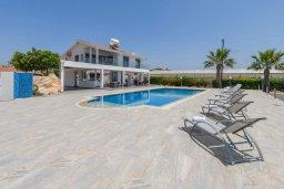 Фасад дома. Кипр, Аммос - Лимнария Бич : Шикарная вилла с видом на Средиземное море, с 4-мя спальнями, 2-мя ванными комнатами, с бассейном и большой территорией, тенистой террасой с патио и барбекю