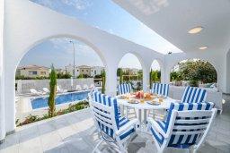Обеденная зона. Кипр, Коннос Бэй : Роскошная вилла в греческом стиле с невероятным видом на Средиземное море, с 5-ю спальнями, 5-ю ванными комнатами, с бассейном, ландшафтным садом, lounge-зоной и с потрясающей террасой на крыше, расположена на мысе Cape Greco