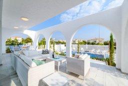 Патио. Кипр, Коннос Бэй : Роскошная вилла в греческом стиле с невероятным видом на Средиземное море, с 5-ю спальнями, 5-ю ванными комнатами, с бассейном, ландшафтным садом, lounge-зоной и с потрясающей террасой на крыше, расположена на мысе Cape Greco