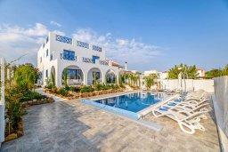 Фасад дома. Кипр, Коннос Бэй : Роскошная вилла в греческом стиле с невероятным видом на Средиземное море, с 5-ю спальнями, 5-ю ванными комнатами, с бассейном, ландшафтным садом, lounge-зоной и с потрясающей террасой на крыше, расположена на мысе Cape Greco