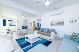 Гостиная. Кипр, Коннос Бэй : Роскошная вилла в греческом стиле с невероятным видом на Средиземное море, с 5-ю спальнями, 5-ю ванными комнатами, с бассейном, ландшафтным садом, lounge-зоной и с потрясающей террасой на крыше, расположена на мысе Cape Greco