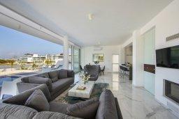 Гостиная. Кипр, Санрайз Протарас : Современная вилла с 5-ю спальнями, 4-мя ванными комнатами, с бассейном,и приватным двориком с тенистой террасой с патио и барбекю, расположена недалеко от пляжа Sunrise Beach