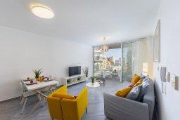 Гостиная. Кипр, Центр Лимассола : Современный апартамент с гостиной, отдельной спальней и балконом, расположен в комплексе с бассейном