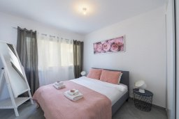 Спальня. Кипр, Центр Лимассола : Современный апартамент с гостиной, отдельной спальней и балконом, расположен в комплексе с бассейном