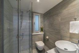 Ванная комната. Кипр, Центр Лимассола : Современный апартамент с гостиной, отдельной спальней и балконом, расположен в комплексе с бассейном